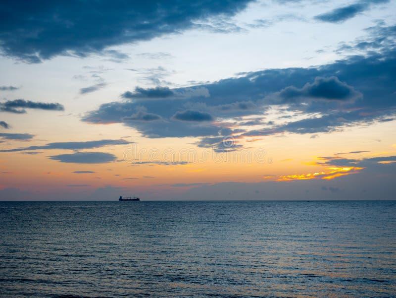 Ett avlägset fartyg i Atlanten, Florida, under solnedgång arkivbild