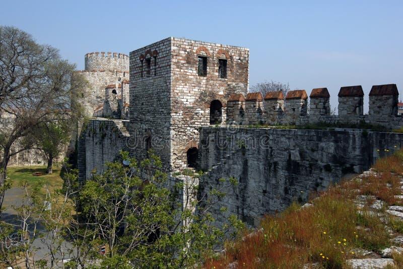 Ett avsnitt av de stora stadsväggarna och tornen som F. KR. byggs under det sena 4th århundradet runt om Istanbul i Turkiet arkivfoton