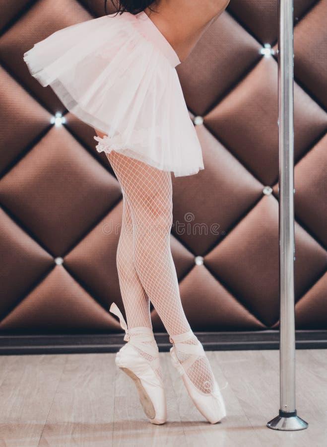 Ett balettdansöranseende i Pointe nära pol Närbild arkivfoton