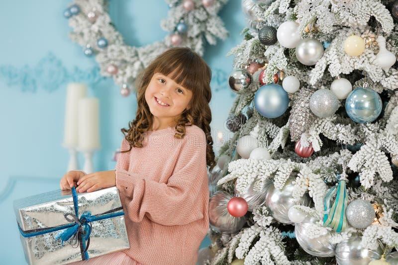 Ett barn i studion för det nya året Flicka i en julfotoperiod festlig mood Vänta på ett mirakel i födelsen arkivbild