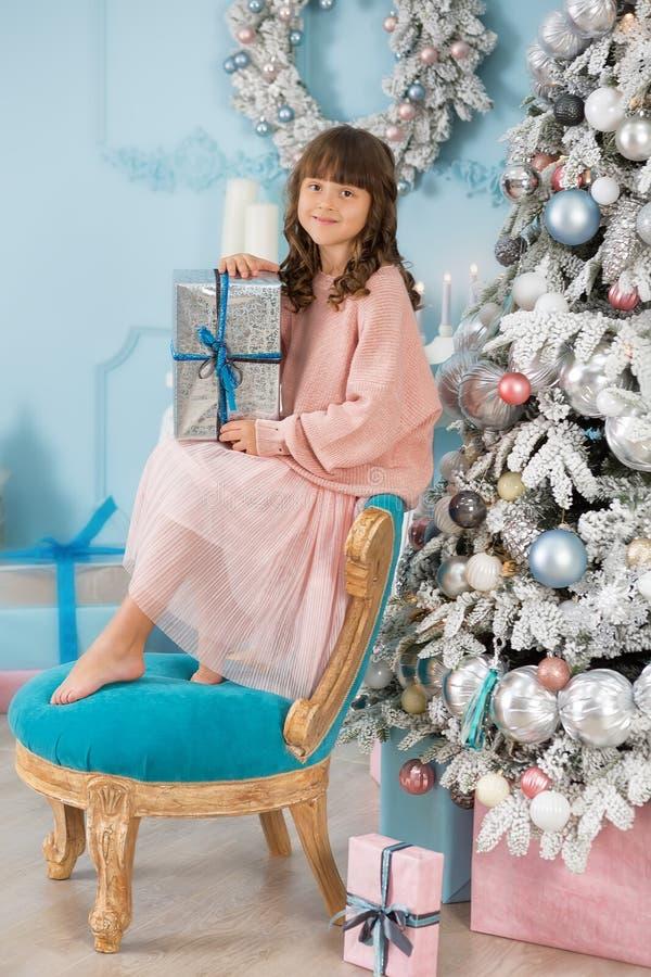 Ett barn i studion för det nya året Flicka i en julfotoperiod festlig mood Vänta på ett mirakel i födelsen arkivbilder