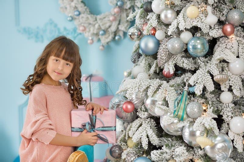 Ett barn i studion för det nya året Flicka i en julfotoperiod festlig mood Vänta på ett mirakel i födelsen royaltyfri foto
