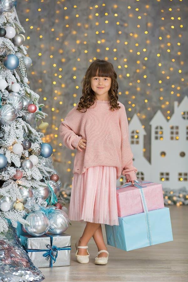 Ett barn i studion för det nya året Flicka i en julfotoperiod festlig mood Vänta på ett mirakel i födelsen royaltyfri fotografi