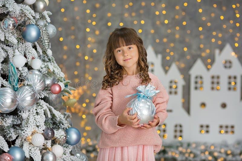 Ett barn i studion för det nya året Flicka i en julfotoperiod festlig mood Vänta på ett mirakel i födelsen fotografering för bildbyråer
