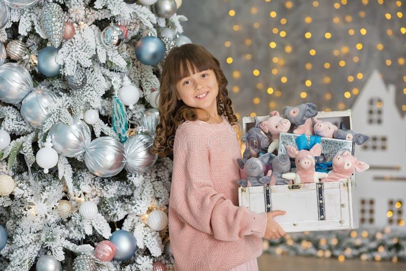 Ett barn i studion för det nya året Flicka i en julfotoperiod festlig mood Vänta på ett mirakel i födelsen royaltyfria foton