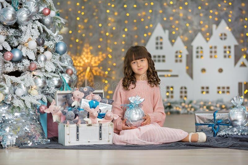 Ett barn i studion för det nya året Flicka i en julfotoperiod festlig mood Vänta på ett mirakel i födelsen arkivfoto