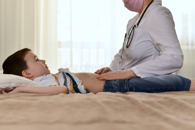 Ett barn med en ifrågasätta blick och en doktor royaltyfria foton