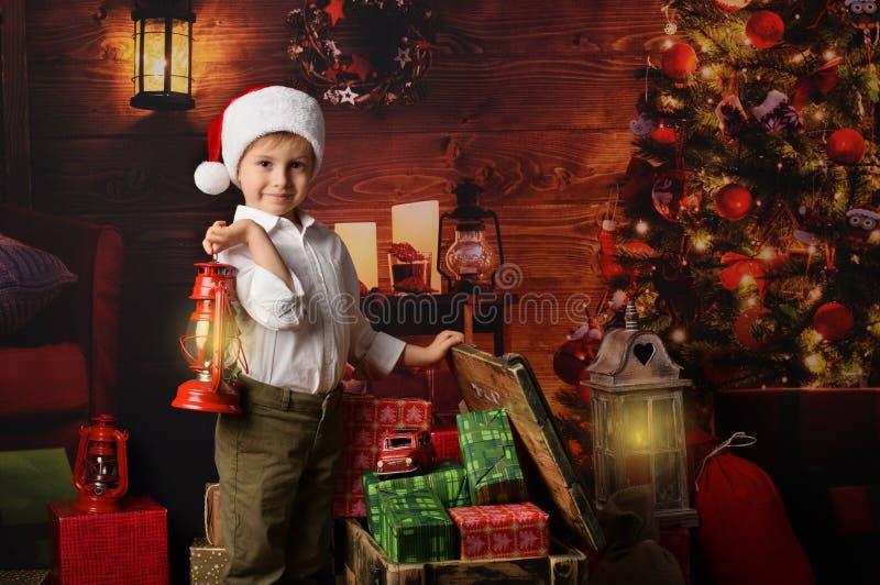 Ett barn med julklappar royaltyfri fotografi