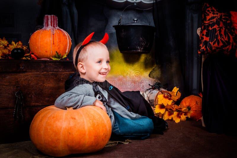 Ett barn på allhelgonaaftonferie royaltyfria foton