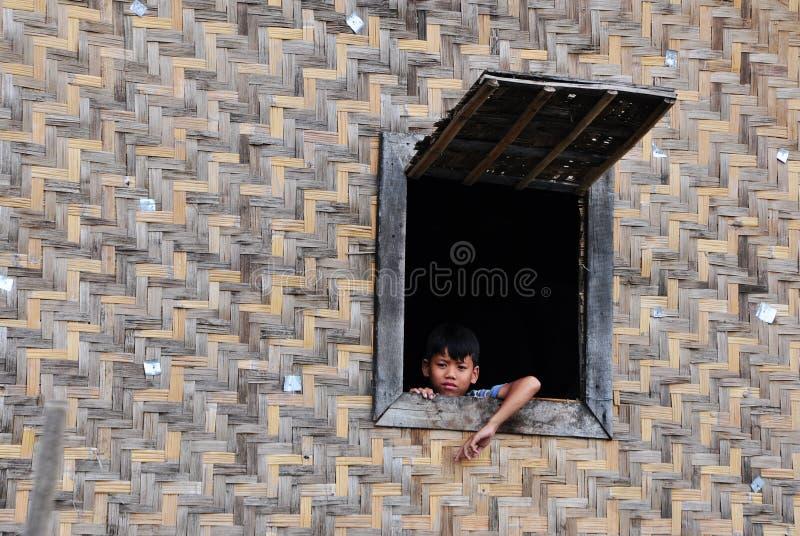 Ett barn på trähuset i Vung Tau, Vietnam royaltyfri bild