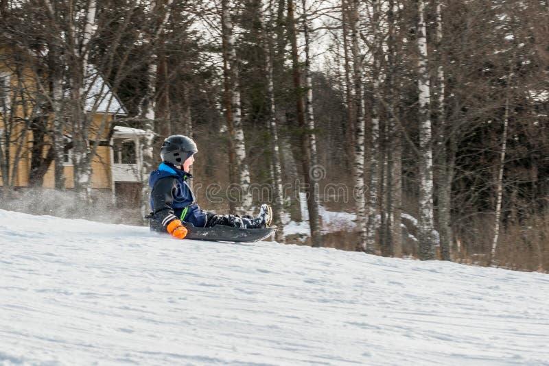 Download Ett Barn Som Rider En Sluttande Pulka, Profilsikt Arkivfoto - Bild av rörelse, glidbana: 111788074
