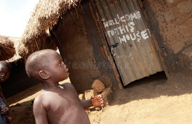 Ett barn utanför en koja, Uganda royaltyfri fotografi