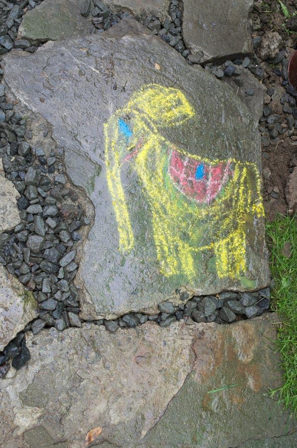 Ett barns teckning på en grå färg vaggar royaltyfri foto