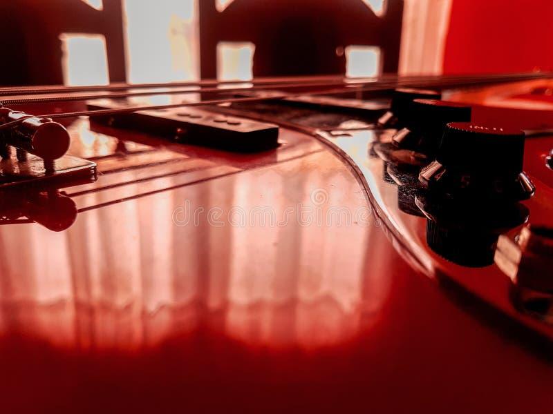 Ett bas- instrument, naturligtvis rött och svart royaltyfri bild