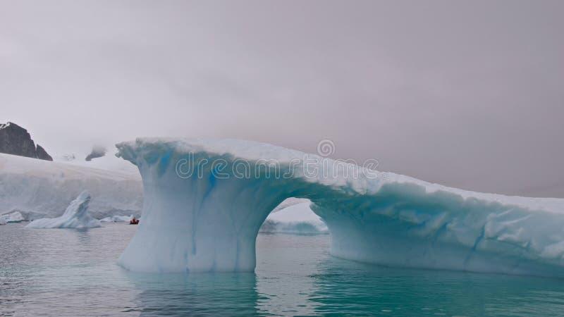 Ett Beautifully format isberg i Antarktis royaltyfri foto