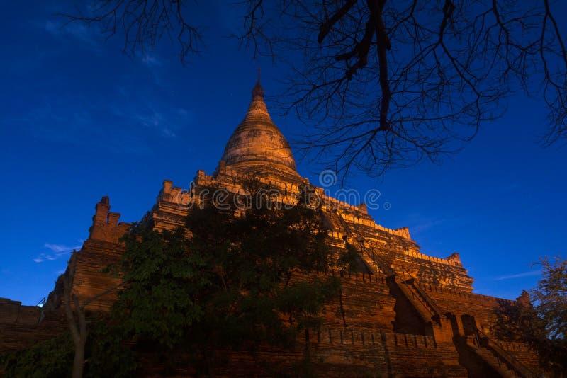 Ett berömt torn i gamla Bagan 02 - Myanmar som håller ögonen på soluppgången och solnedgången, nattplatser under månen arkivbild