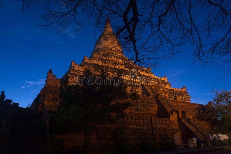Ett berömt torn i gamla Bagan 03 - Myanmar som håller ögonen på soluppgången och solnedgången, nattplatser under månen arkivbild