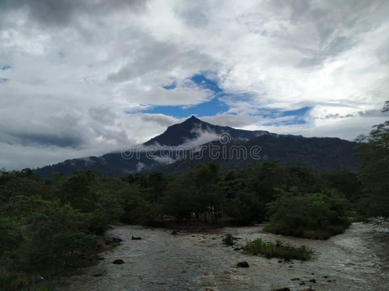 Ett berg och de två floderna royaltyfri fotografi