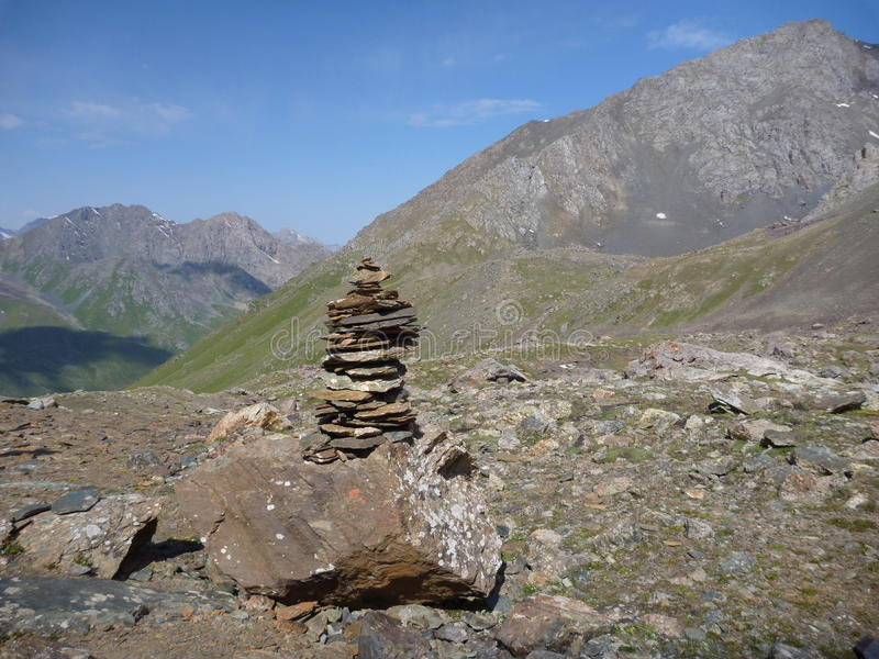 Ett bergpasserande med stoneman royaltyfri bild