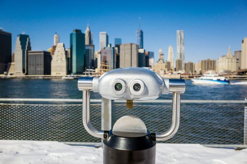 Ett binokulärt i den Brooklyn bron parkerar sikt av New York City fotografering för bildbyråer