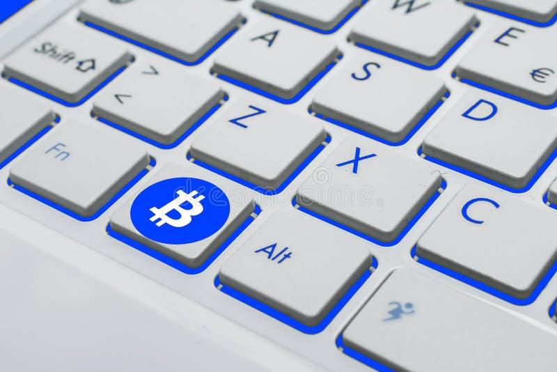 Ett bitcointangentbord på blått och vit royaltyfria bilder