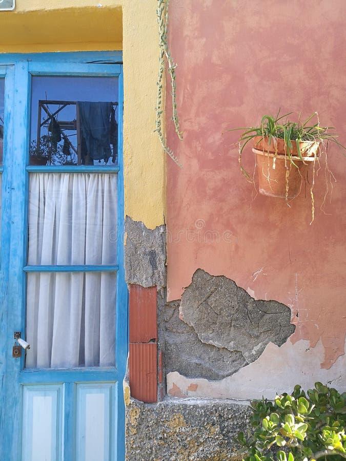 Ett blått fönster i Alicante arkivfoto