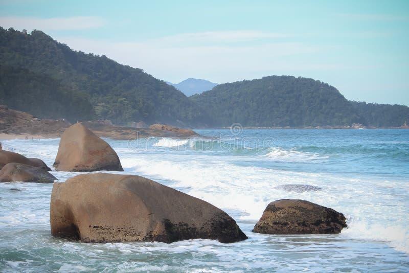 Ett bl?tt hav med stora stenar royaltyfria foton