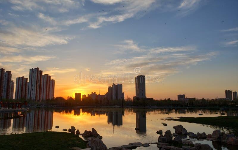 Ett bostadsområde i Jinan, Kina, på solnedgången arkivfoto