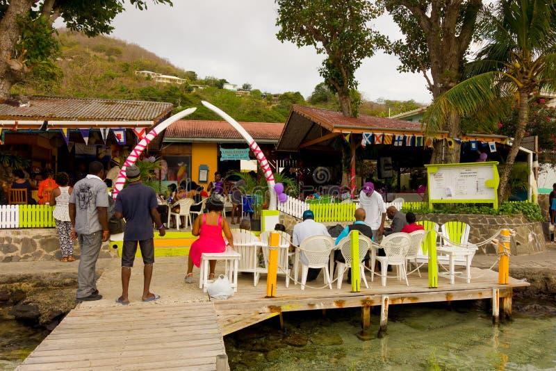 Ett bröllopmottagande på bequias strand arkivfoton