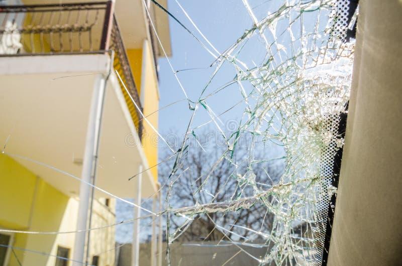 Ett brutet exponeringsglasfönster royaltyfri foto