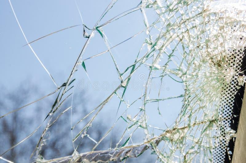 Ett brutet exponeringsglasfönster arkivfoto