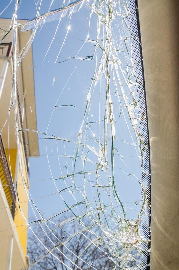Ett brutet exponeringsglasfönster royaltyfri fotografi