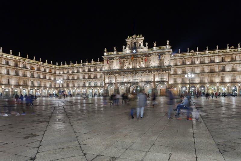 Ett centralt ställe i staden, Plazaborgmästaren på natten i Salamanca royaltyfri bild