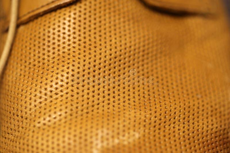 Ett Closeupfoto av mäns sko som göras av brunt läder arkivbild
