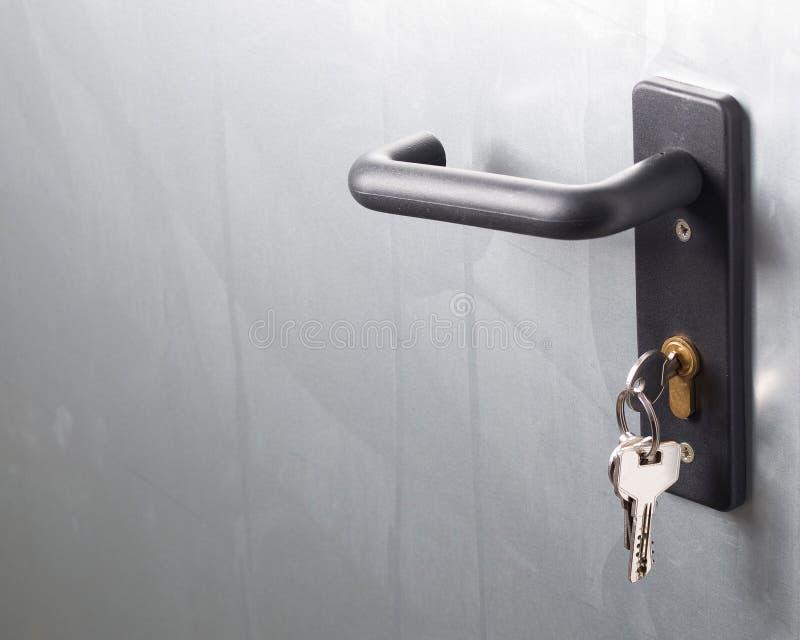 Ett dörrhandtag med låset och tangenter fotografering för bildbyråer