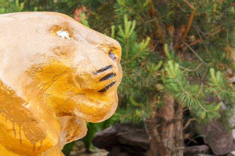 Ett dekorativt gult lejon som en hem- garnering och ett symbol av lu royaltyfria bilder
