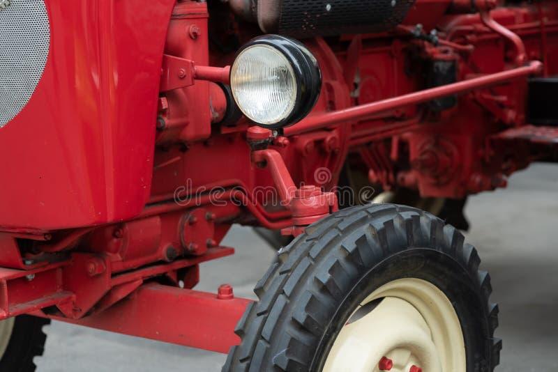Ett detaljerat slut upp av en gammal smutsig röd tappningtraktormotor Kyla för dieselmotorluft som smutsas i olja och diesel- brä royaltyfria bilder