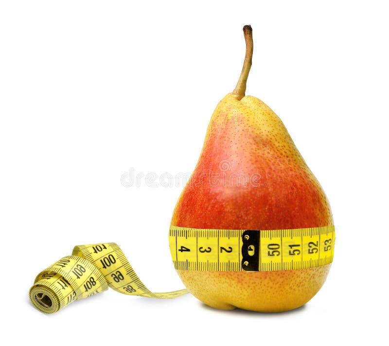 Ett dieterpäron mäter hans midja och behas för att notera att allt är fint med formatet Symbol av riktig näring royaltyfria bilder