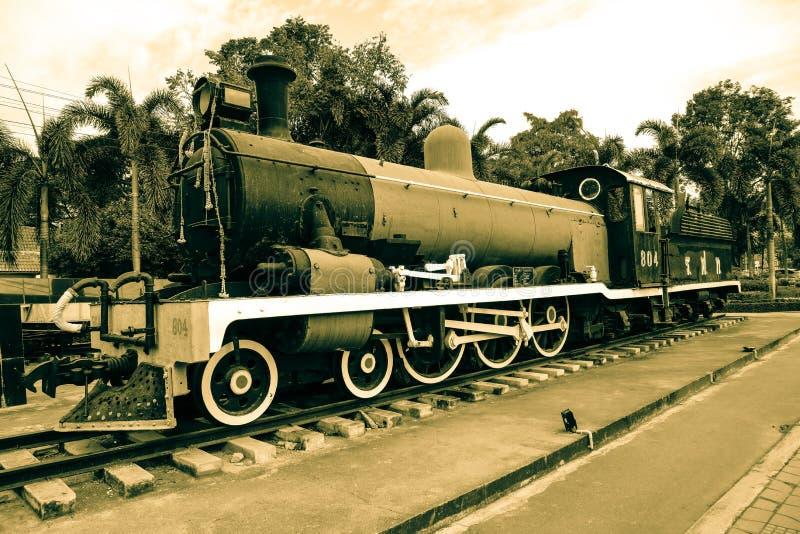 Ett drev av den statliga järnvägen av den Thailand manumenten i sepiafärg royaltyfria foton
