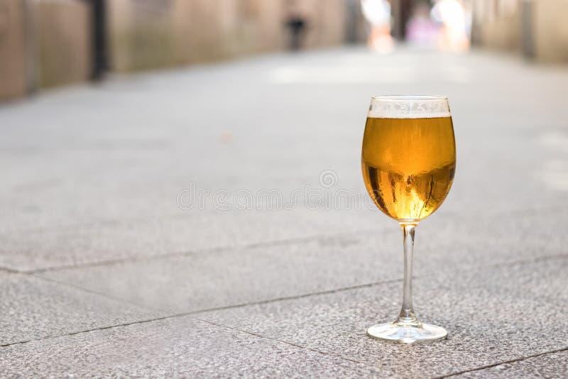 Ett drinkexponeringsglas med öl utan skum royaltyfri fotografi