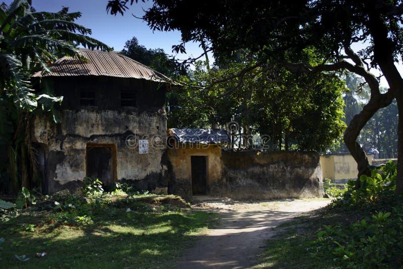 Ett dubbelt storied gyttjahus i byn av den Jamuna dighien, Burdwan, Indien royaltyfri bild