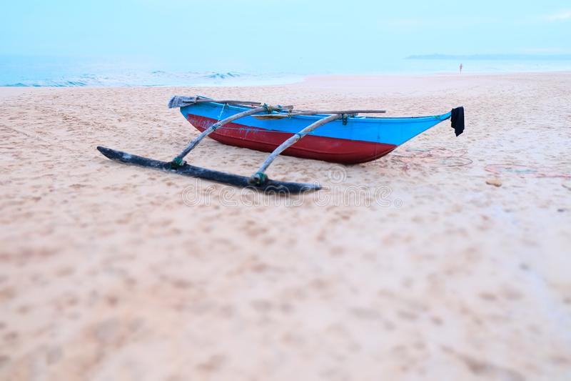 Ett enkelt fartyg i stranden, Sri Lanka, Asien royaltyfria foton