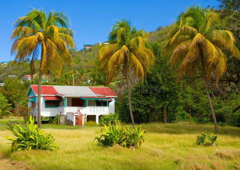 Ett enkelt uthyrnings- hus i det karibiskt royaltyfri foto