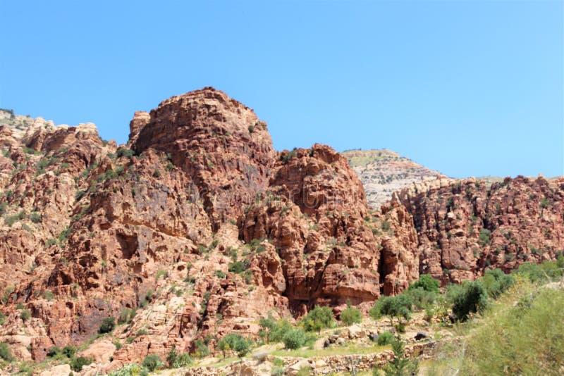 Ett enormt stenigt brunt berg royaltyfri bild