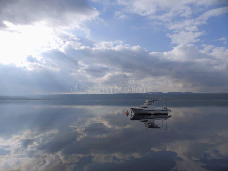 Ett ensamt fartyg på den släta yttersidan av havet royaltyfri fotografi