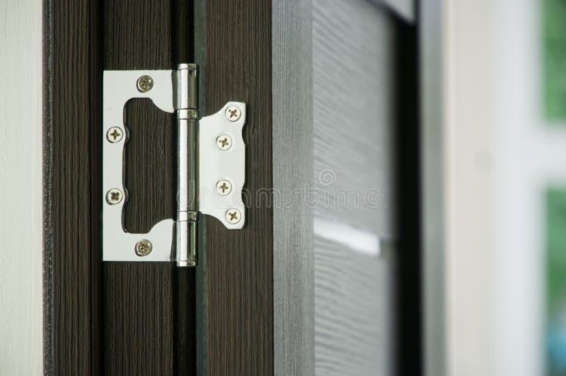 Ett exempel av att installera ett dörrgångjärn i en vardagsrum royaltyfri fotografi
