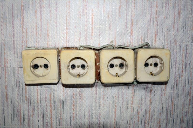 Ett exempel av fult, fattig-kvalitet installation av elektriska uttag royaltyfri bild