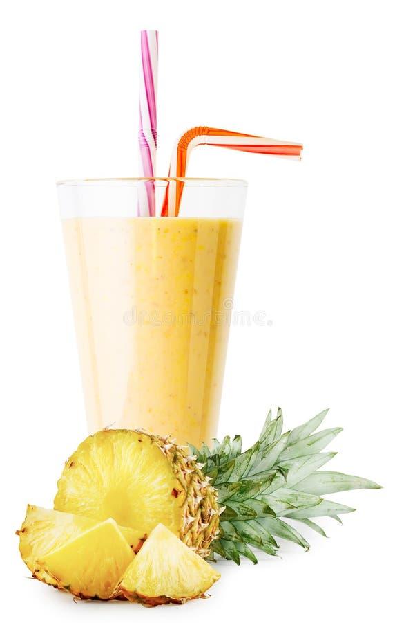 Ett exponeringsglas av ananassmoothie eller yoghurt med skivad ananas royaltyfri bild