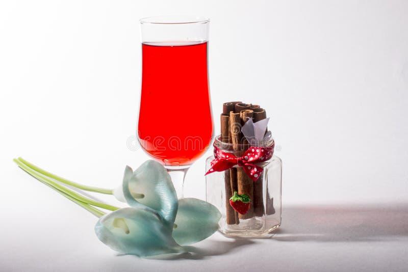 Ett exponeringsglas av den röda glassdrinken arkivfoto