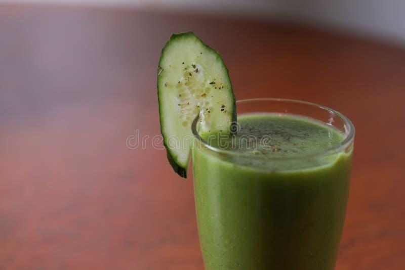 Ett exponeringsglas av gröna frukt- och grönsaksmoothies royaltyfri foto